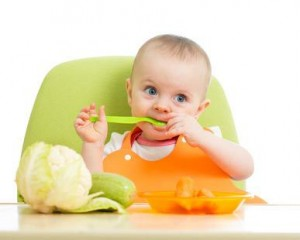bebe-mange-tout-seul
